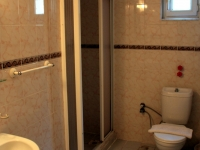 twin-apart-bathroom-2